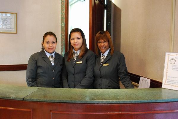 ホテルの受付嬢さんたち